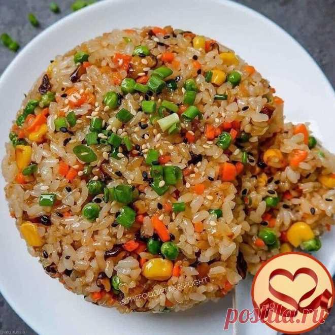 Самый вкусный рис.  -3 чашки (720 мл) вареного и охлажденного риса -2 ст.л. растительного масла -1 луковица, нарезанная кубиками -1 морковь, мелко нарезанная кубиками -2 зубчика чеснока, измельченные -1/2 чашки (120 мл) кукурузы -1/2 чашки (120 мл) зеленого горошка -1/2 чашки (120 мл) нарезанных кубиками грибов -1/2-1 ст.л. соевого соуса -1 ч.л. соли -1/2 ч.л. черного перца -Семена кунжута и мелко нарезанный зеленый лук для украшения  Нагрейте сковороду или вок. Добавьте 2...