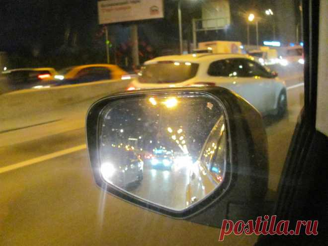 Стоит ли пропускать машину, моргающую сзади фарами? | Автомеханик | Яндекс Дзен