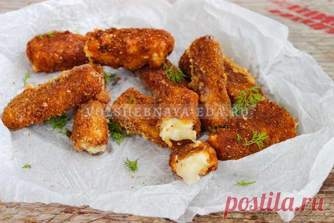 Сырные палочки в панировке Любители сыра, вам сюда! Готовим сырные палочки в панировке из сухарей — хрустящие, с тянущейся серединкой.