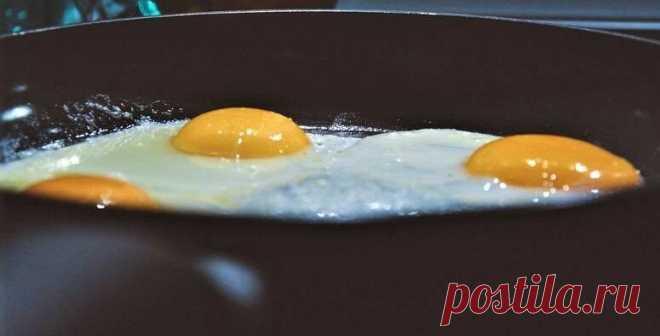 Попробовала пожарить идеально вкусные яйца без единой капли масла. Теперь жарю яичницу только так. | Добрые полезности | Яндекс Дзен