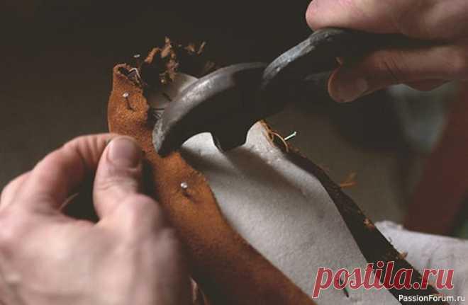 Обувь  своими руками   Другие виды рукоделия Внутри поста детально рассказывается о процессе производства обуви в домашних условиях. Какой материал потребуется, каким инструментом воспользоваться, все это вы узнаете под катом.Для начала надо выбрать инструмент: 1. Напильник 2. Шило 3. Пчелиный воск 4. Токмач 5. Затяжные клещи 6....