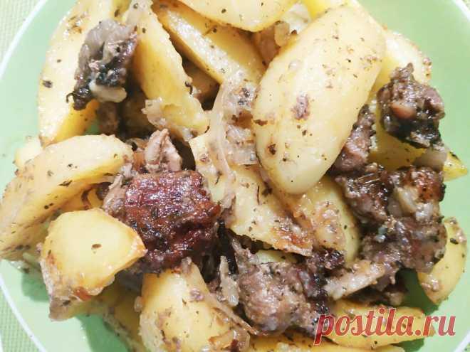 Картофель со свининой и луком в духовке
