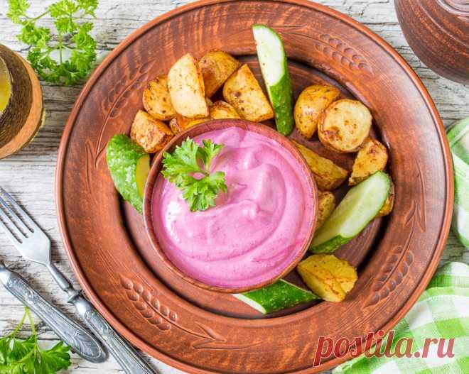 Свекольно-йогуртовый соус на Вкусном Блоге Если вы любите свеклу, то вот вам еще один вариант ее применения. Соус на основе этого корнеплода и греческого йогурта. Просто и идеально подходит к печеной и жареной картошке, к куриным наггетсам и ко всяким чипсам. Пару раз я даже подавала его к куриным крылышкам, и это тое было хорошо…