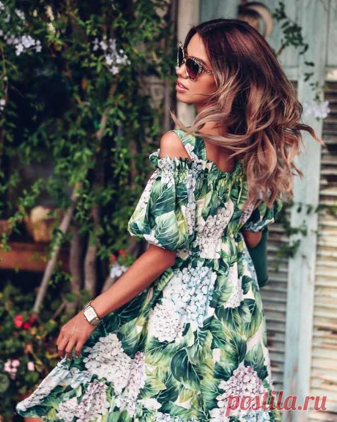 Модные платья весна-лето 2018. Дизайнеры утверждают – это непременно будет в тренде    Дизайнеры убеждают нас – это непременно надо носить. Каждый из них стремится любым способом удивить зрителей, ведь дизайнеры более всего боятся равнодушия публики, чем её негодования. Модные платья…