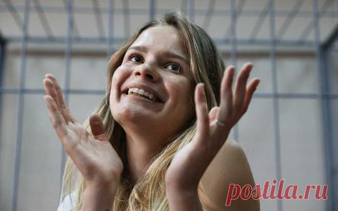 Участница Pussy Riot покинула Россию. Участница группы Pussy Riot Вероника Никульшина выехала из переделы России после освобождения из спецприемника, где она провела 15 суток по статье о неповиновении требованиям полицейских.
