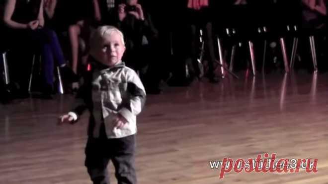 Видео с 2-х годовалым танцором покорило интернет. Какой забавный малыш!