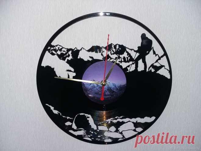 Часы настенные из пластинки Альпинисты – купить в интернет-магазине на Ярмарке Мастеров с доставкой Часы настенные из пластинки Альпинисты - купить или заказать в интернет-магазине на Ярмарке Мастеров | Часы изготовлены из старых виниловых пластинок.