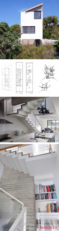 Узкий дом, ну очень узкий дом, на очень маленьком участке. Это частный дом, построенный где-то в Израиле. Он находится в городе, в котором действует, пусть и малое, но достаточно весомое ограничение на строительство частных домов, а именно - ширина дома не может превышать 3.7 метра.