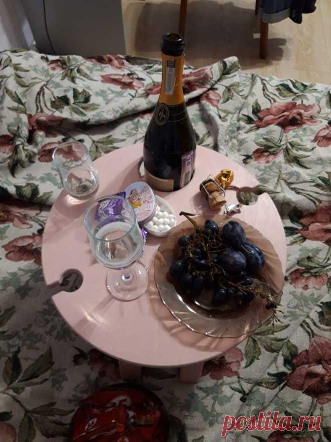 Да, да, да, в вырез под бутылку поместится не только бутылка вина, но и стандартная (не берём в расчёт широкие)😉 #подарокнадр #винныйстолик #винныйстоликназаказ #винныйстоликиздерева #столикдлязавтрака #столикдлявина #винныйшкаф #винныйбар #винныйцвет #виннаятарелка #виннаяполка #деревянныйдекор #складнойстол #подаркинановыйгод #подаркииздерева #подарокиздерева #шампанское #игристоевино #ижевск #нижнийтагил #екатеринбург #калуга #казань #смоленск #ставрополь #оренбург #белгород #омск #саратов