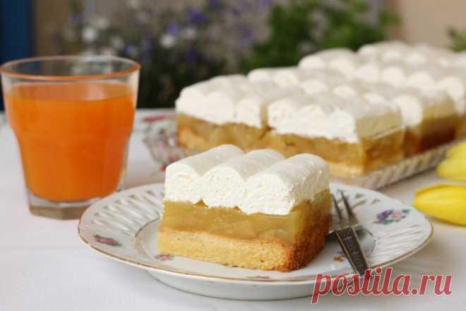 Перевернутый яблочный пирог с ванильным кремом и сливками - идеальный вариант домашней выпечки