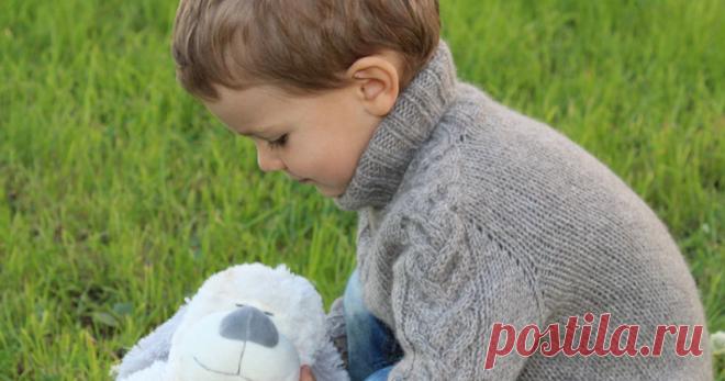 Вяжем бесшовный свитер с рукавом-погоном Автор метода вязания «бесшовный рукав-погон» Барбара Г. Уокер. Автор модели свитера и описания Исаева Светлана. Существует несколько способов вязания бесшовных рукавов-погонов. В этом мастер-классе рассмотрим самый простой способ, без вывязывания ростка. При вязании детских моделей это вполне допустимо, так как рекомендуемая разница в высоте выреза горловины между передом и спинкой для этого возраста очень мала.