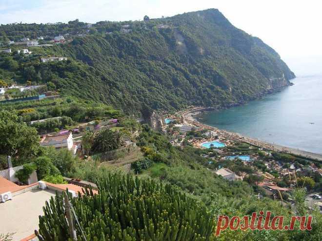 Курорты Италии: Термальные парки острова Искья -  /  Термальные воды на этом острове бьют со всех сторон. Питаются подземные воды теплом, идущим от скрытого под землей вулкана, младшего близкого родственника Везувия