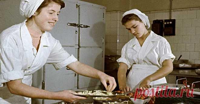 Что подавали в столовых во времена СССР Блюда советских столовых помнят не только те, кто родился и вырос в СССР. Во многих столовых, школах и садиках до сих пор готовят по знакомым проверенным рецептам. Но как же приятно окунуться в прошлое и приготовить дома то, что напоминает счастливые времена.