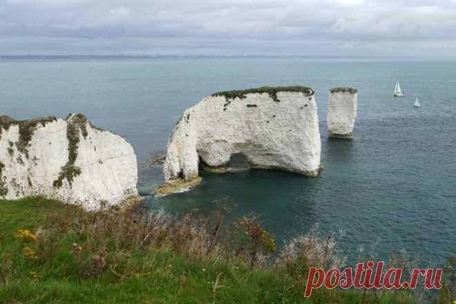 10 самых впечатляющих морских скал.Скала Старый Гарри находится на побережье Дорсет, Англия. Скалы состоят из мела.Скалы быстро вымываются прибоем. Например в 18 века с берега можно было пройти до дальней скалы.
