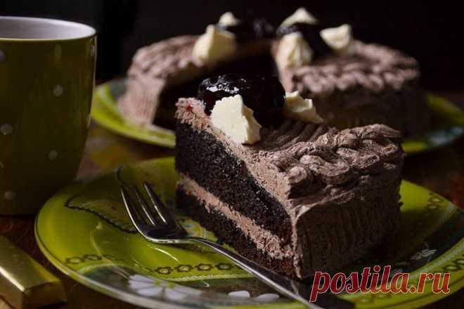 Пражский торт. Пражский торт.  Много раз он меня выручал. Самый простой торт и неизменно вкусный.  Вам потребуется:  Тесто: 2 яйца 1 банка сметаны (200г) 1ст. сахара 1ст. муки 2 ст.л какао 1ч.л. соды 10 орехов по желанию  Крем: 200г сливочного масла 200-250г сгущёного молока 1ст.л. какао  У меня стакан на 200мл.  Как готовить:  1. Муку и какао просеять. Все продукты соединить по очереди, хорошо смешать венчиком, затем вылить в подготовленную форму и выпечь. Пеку в разъёмно...