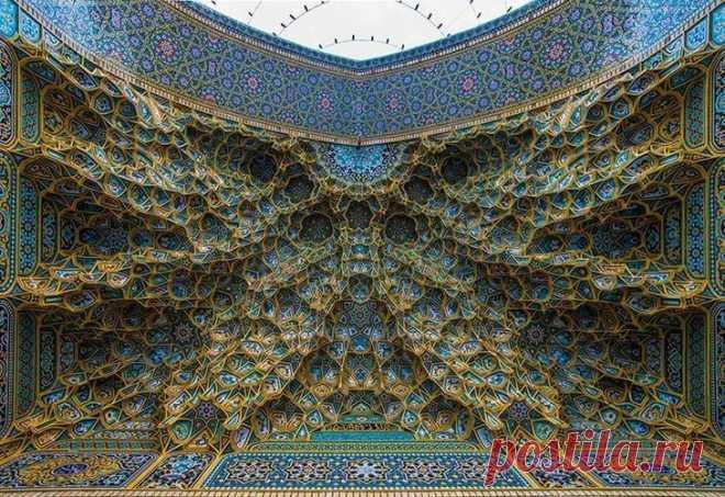 Исламская архитектура Исламская архитектура – одна из самых сложных форм зодческого искусства, основанная на геометрии и математике. Её совершенные повторяющиеся спирали, цветистость, витиеватость и масштабность внушают св...
