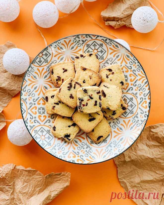 Апельсиновое печенье с клюквой Ингредиенты:Масло сливочное 82.5% — 230 гСахар белый — 100 гЖелтки С1 — 2 шт.Мука пшеничная — 300 гКлюква сушеная — 100 гЦедра 1 крупного апельсинаПриготовление:1. Масло и желтки должны быть комнатной температуры. Масло взбить...