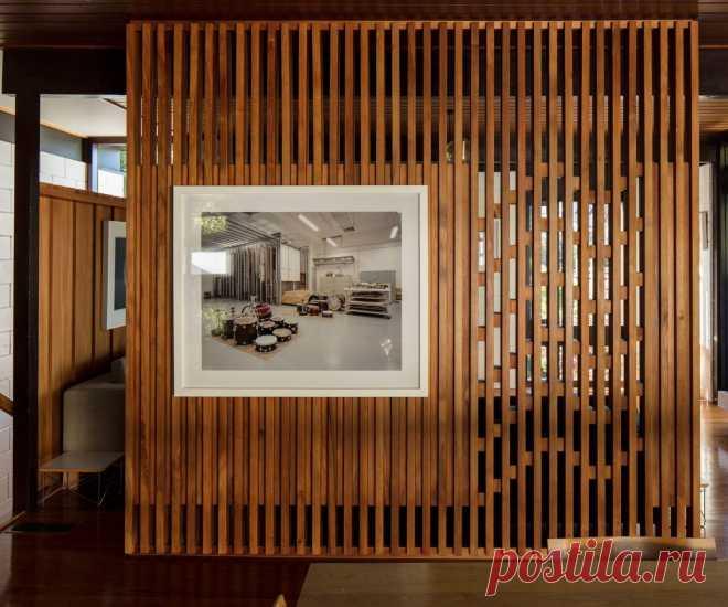 Деревянные перегородки, в которых полотно выполнено из тонкого шпона или ламинированных панелей, успешно используются в классических интерьерах. Глухая стена, которую будет имитировать перегородка из дерева, отлично вольется в обстановку спальни или кабинета. Насчет кухни и ванной мастера едва ли посоветуют деревянную конструкцию из-за повышенной влажности этих помещений. Если взяться за классификацию такого вида перегородок, то мы можем на практике выделить три типа — ста...