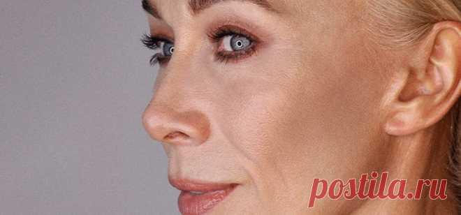 Возрастной макияж   MAKEUPLOVERS 6 минут(ы) hello, MAKEUPLOVERS. В этой статье поговорим о возрастном макияже: его характеристиках, подходящих техниках и продуктах. Когда наступает время «возрастного» макияжа Чёткой характеристики возраста, начиная с которого нужно делать…