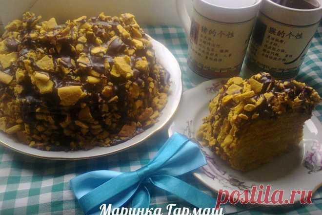"""Карамельный медовик с кремом """"Патисьер"""" бананами и шоколадной помадкой"""