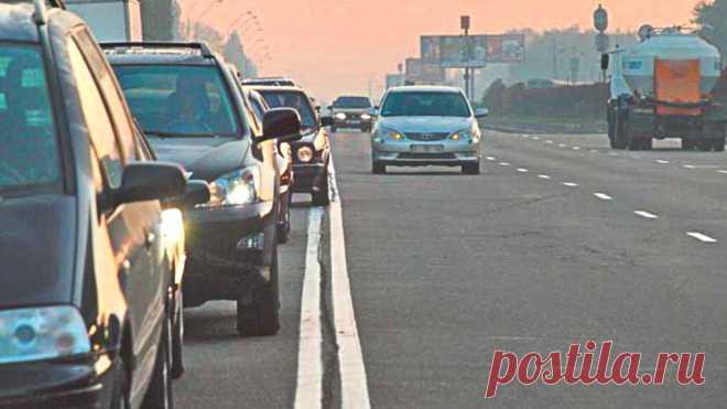 Различия одной сплошной от двойной. Должны знать все водители   АВТОBOOK   Пульс Mail.ru Одна сплошная линия наносится на дороги с двумя полосами для движения, то есть одной на каждое направление. Двойная же сплошная применяется на...