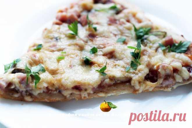 Пицца с помидорами, шампиньонами и ветчиной. | eat.by