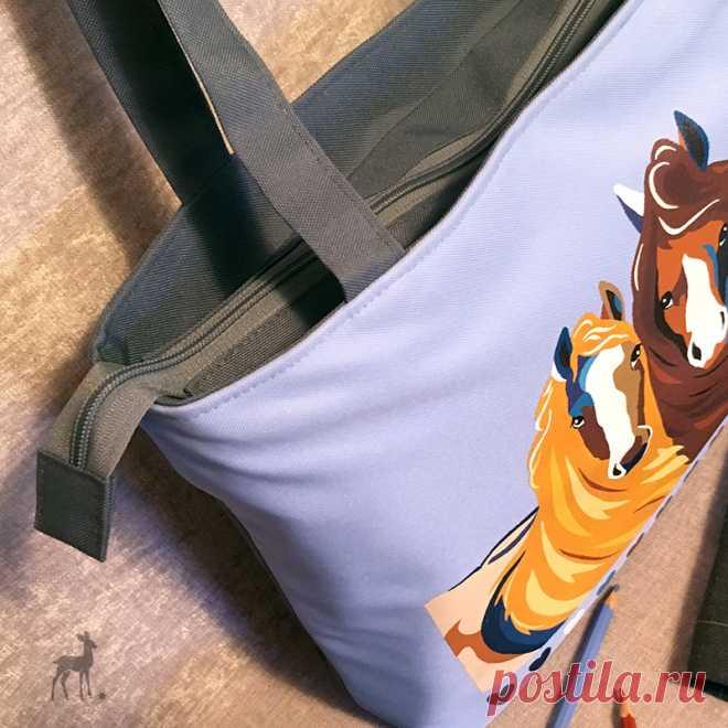 Немного о деталях: как выглядят молнии на сумках #сумки #голубаясумка #лошади #сумкаслошадьми #лошадинаткани #сумкимосква #сумкиназаказ #купитьсумку #msweet #мода