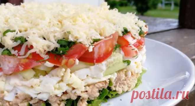 Вкусный салат из овощей и сыра с консервированной горбушей
