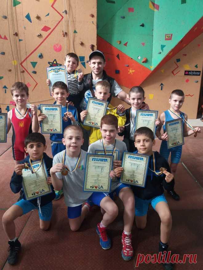 Сегодня (14.04.2018г.) в г.Мелитополе , прошёл Всеукраинский турнир ,по детям 2008-2009 г.р. и младше.Состав нашей команды составили 13 спортсменов,в не лёгкой борьбе,наши юные борцы ,выбороли 10 медалей , из них 4 ПЕРВЫХ, 2 ВТОРЫХ и 4 ТРЕТЬИХ , в финальных встречах ребята уступили места только своим то