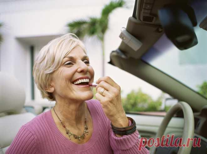 Возрастной макияж для женщин после 50 лет, правильный мейк ап для голубых глаз с нависшим веком, урок нанесения теней в домашних условиях пошагово Правильно выполненный возрастной макияж помогает преобразить облик минимальным набором косметических средств. Чтобы в результате выглядеть моложе, следует избегать распространенных ошибок.