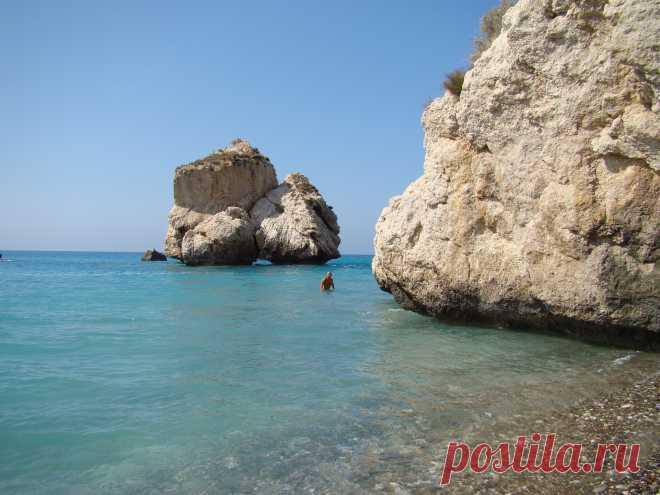 Петра-ту-Ромиу и камень Афродиты  На Кипре много мест красочных, живописных, окутанных древними легендами и мифами. Одно из таких мест - Петра-ту-Ромиу (в переводе с греческого «скала ромеев» или «скала греков»). Проще всего доехать из Пафоса. Пляж не обустроенный, в море купаться здесь опасно, зато виды открываются потрясающе красивые.