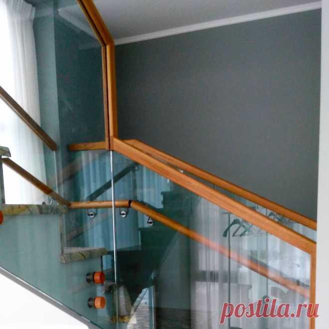 Перила лестницы из самонесущего стекла