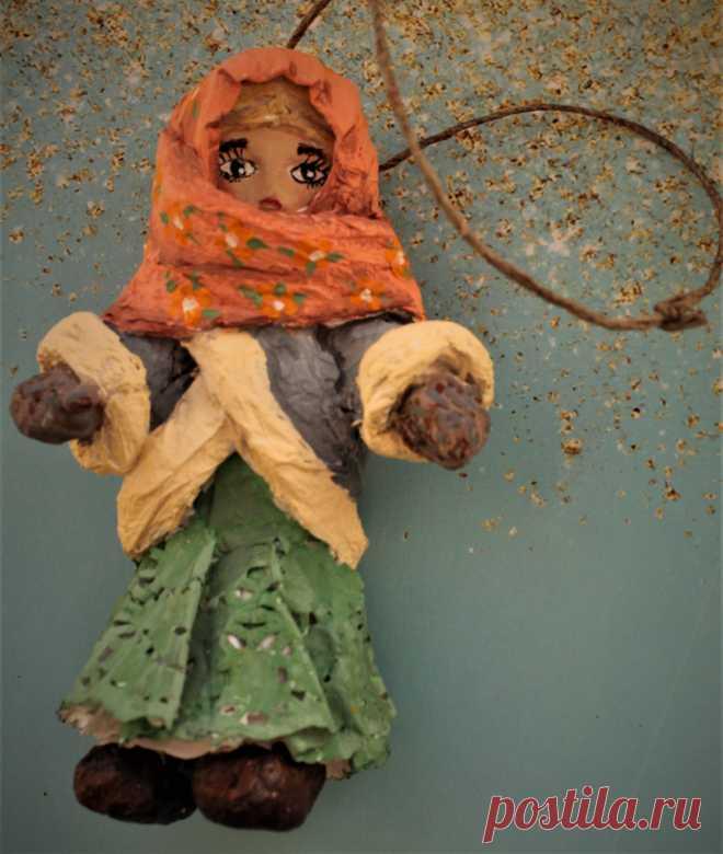Ёлочная ватная игрушка, ручная работа по старинным технологиям из ваты и крахмального клейстера. Игрушка окрашена акриловыми красками. Внутри игрушки каркас из проволоки. Лицо вылеплено из самозастывающей глины.