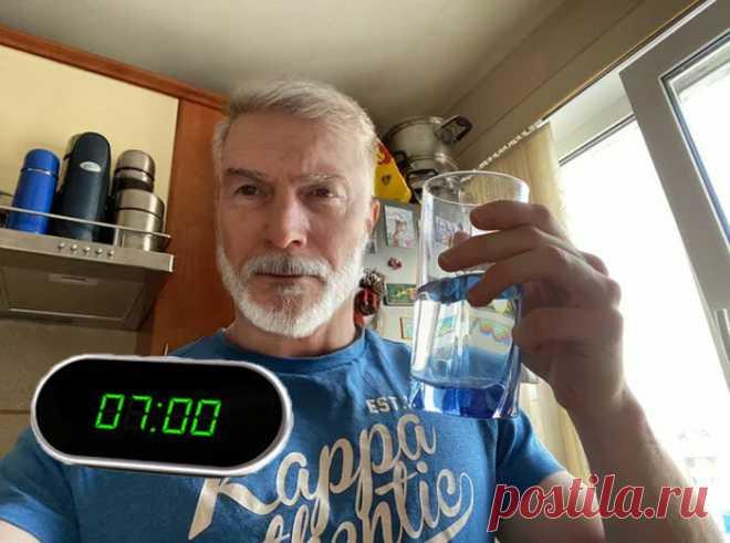 Нужно ли пить воду утром натощак?: распространённый миф. Что советует доктор Мясников