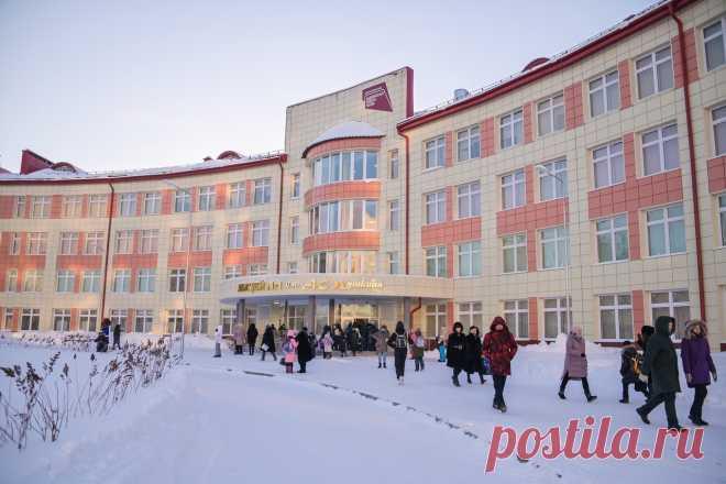 2021 февраль. В Нижневартовске открылась самая большая школа в Югре. Лицей возведен по уникальному проекту и рассчитан на 1725 человек