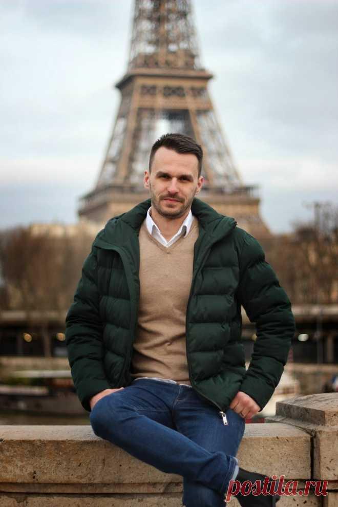 Трикотажный пуловер, стеганая куртка, брюки из темного денима, актуальные оттенки сезона Мужской лук на осень 2021