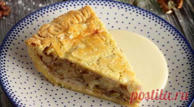 El pastel con las manzanas cocidas a fuego lento, la naranja, las nueces y las especias
