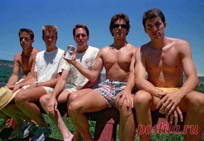 Дружба нагоды: каждые пять лет эти пятеро друзей повторяют снимок 1982 года