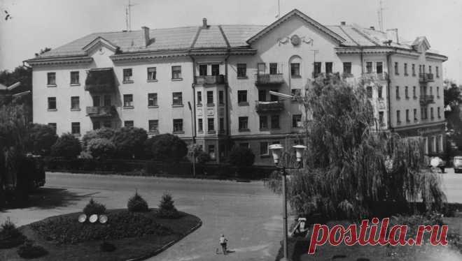 Maydanchik-pered-Palatsom-kulturi-imeni-Gorkogo.-1970-i-roki..jpg (1400×794)