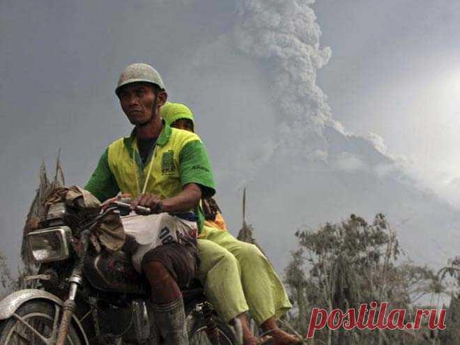 На индонезийском острове Ява проснулся вулкан Мерапи Самый активный индонезийский вулкан Мерапи произвел на выходных 72 пепловых выброса. Власти объявили 3-киломептровую зону вокруг горы запретной для