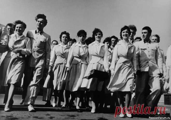 Женщины СССР: повседневная жизнь советских женщин, особенности, интересные факты | Истории из нашей жизни Жизнь женщин в СССР значительно отличалась от той, которую ведут современные россиянки. Частыми факторами, которые ее сопровождали, были дефицит, нехватка самых необходимых товаров и продуктов. При этом женщина всегда остается женщиной, поэтому и в те времена все мечтали выглядеть...