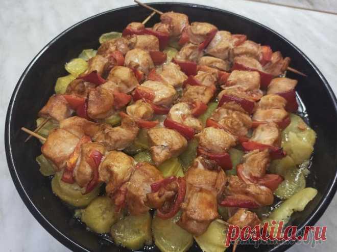 Куриный шашлык на шпажках с картошкой Всем привет! Предлагаю приготовить вкусный шашлык из курицы в духовке на шпажках. Шашлык по этому рецепту получается аппетитный, ароматный и очень нежный. Шашлычки с картошкой станут ярким украшением ...