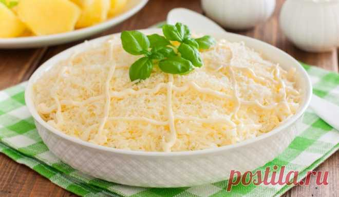 Слоёный салат со свининой, яйцами, картошкой и сыром