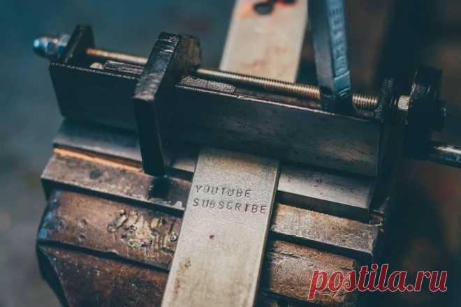 Приспособление для нанесения клейм (букв/цифр) в строчку и с определенным интервалом Некоторые мастера любят, наносит гравировку или клеймить свои изделия из кожи, металла и других материалов. По факту, клеймо на предмете, это как подпись на бумажном документе. Клеймо может быть разным, например, в виде символов, рисунка или в виде букв и цифр.Если клеймо представлено в штучном