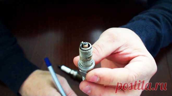 Обрезаем боковой электрод и получаем более стабильную работу двигателя Стабильность работы двигателя во многом зависит от свечей зажигания. На столь высоких оборотах даже ничтожная задержка при пробивании искры сопровождается потерей мощности. Доработав свечи этим способом, вы уберете пропуски зажигания, и мотор заработает как часы.Требуемый инструмент:ножовка по