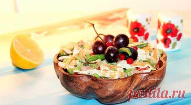 Салат со стручковой фасолью, тунцом и блинами