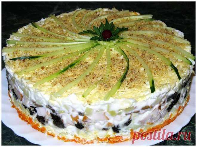 Слоёный салат с копчёной курицей, черносливом и шампиньонами.