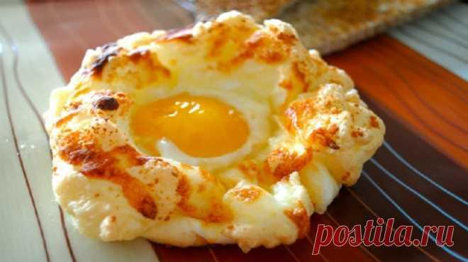 Яйца на завтрак — 7 интересных и простых рецептов Яйца на завтрак — что может быть проще! но мы не будем сейчас предлагать Вам яичницу или вареные яйца. Нет, наши рецепты интереснее, а блюда — вкуснее! 1. Яйца на завтрак — Яичный коблер Яичный коблер — это восхитительный завтрак для всей семьи: просто, быстро, вкусно, сытно! А еще очень красиво! Если Вы ломаете голову,как...