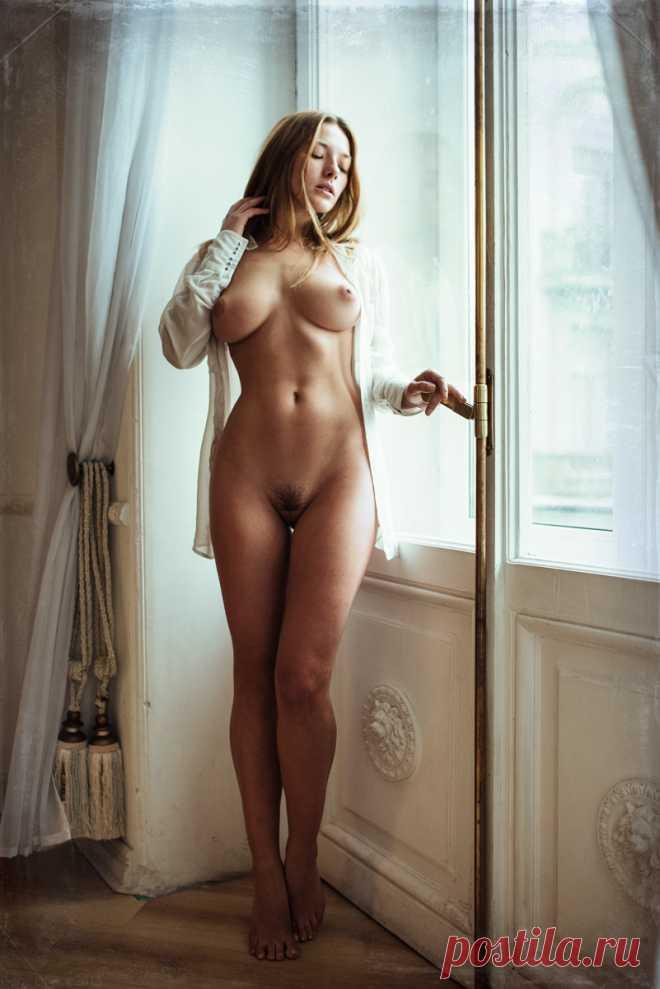 голая модель с идеальной фигурой похудел