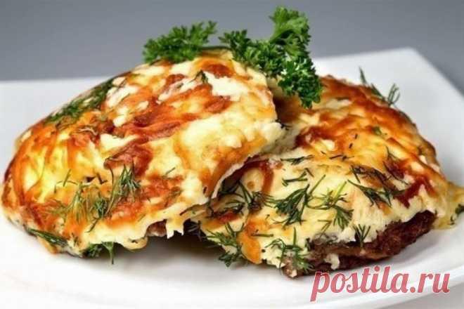 Мясо по-французски с картофелем, помидорами и грибами.
